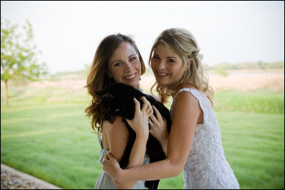 Barbara_and_Jenna_Bush_with_India_the_Cat